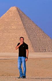 Ποιος παρουσιαστής ταξίδεψε στην Αίγυπτο;