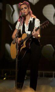 Video: Η… διαφορετική εμφάνιση της Katy Perry στο X-Factor
