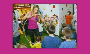 Όταν η Ελένη Πετρουλάκη διδάσκει ασκήσεις yoga σε παιδιά