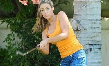 Η Denise Richards παίζει γκολφ στην αυλή του σπιτιού της