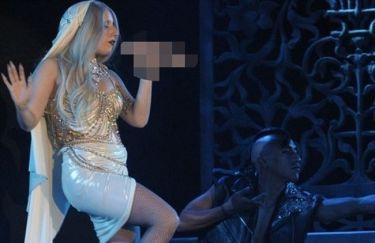 Lady Gaga: Εμφανίστηκε κρατώντας μικρόφωνο σε σχήμα… αντρικού μορίου!