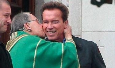 Ένα αναπάντεχο φιλί στον Arnold Schwarzenegger