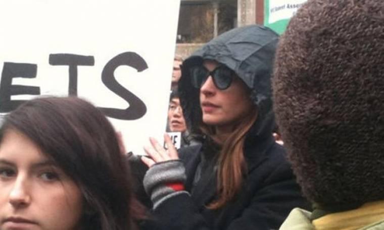 Η Anne Hathaway στους Αγανακτισμένους της Wall Street