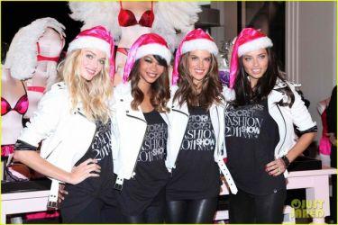 Οι άγγελοι της Victoria's Secret ντύνονται Αγιοβασιλίτσες και εύχονται Χρόνια Πολλά!