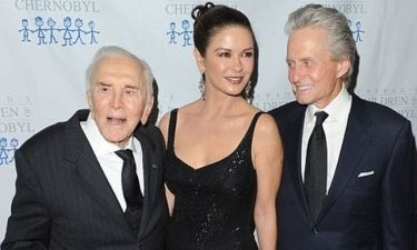 Catherine Zeta Jones: Συνοδευόμενη από σύζυγο και πεθερό σε φιλανθρωπικό gala (φωτό)