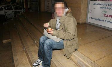 Ποιον πιάσαμε να τρώει το μήλο του στα σκαλιά θεάτρου;