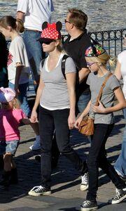 Η Reese Witherspoon στην Disneyland