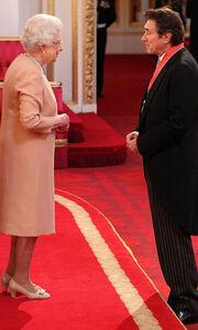 Το μετάλλιο της τιμής από την Ελισάβετ στον Bryan Ferry