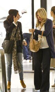 Πόπη Τσαπανίδου: Βόλτα και ψώνια με φίλη της