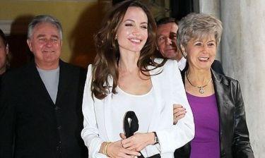 Η Angelina Jolie κάνει βόλτα με τα… πεθερικά!