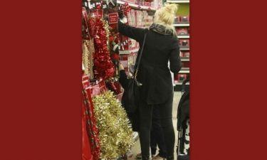 Την 'τσακώσαμε' στα χριστουγεννιάτικα ψώνια της! Ποια είναι;
