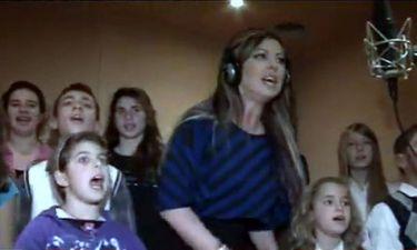 Video: Η Άντζελα Δημητρίου ηχογραφεί χριστουγεννιάτικο τραγούδι και μιλά για όλα