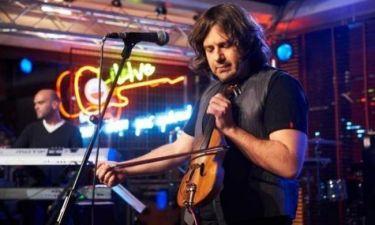 Ο Μάνος Πυροβολάκης ερμηνεύει σε πρώτη τηλεοπτική μετάδοση το νέο του τραγούδι