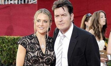Ο Charlie Sheen στο πλευρό της πρώην συζύγου του