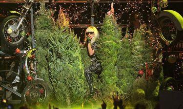 Η Lady Gaga ανάμεσα στα χριστουγεννιάτικα δέντρα!