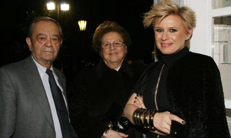 Η Κατερίνα Καραβάτου με τους γονείς της στην πρεμιέρα Κατσούλη-Μπουγιούρη!  (φωτό)