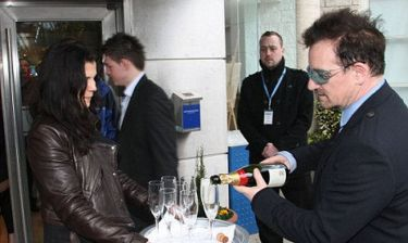Ο Bono μοιράζει σαμπάνια στις ιπποδρομίες