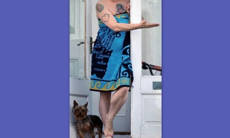 Ποια σταρ βγήκε από το σπίτι με την πετσέτα;