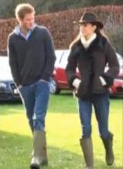 Φόρεσαν τις ίδιες γαλότσες και…  βόλταραν! (φωτό)