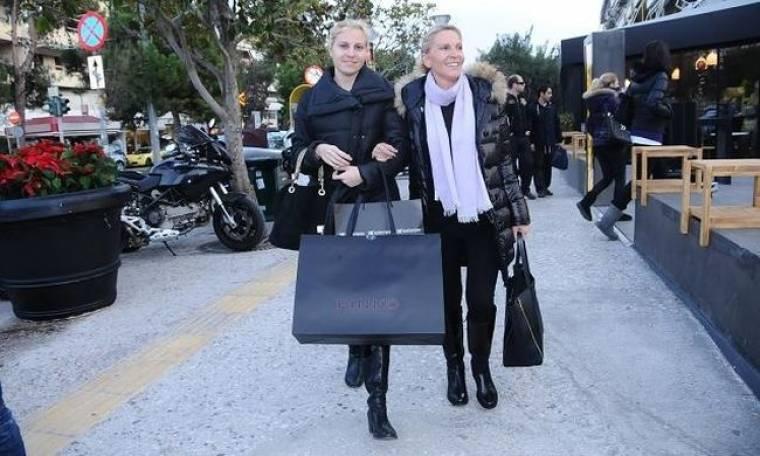 Μαμά και κόρη στην Γλυφάδα για ψώνια