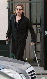 Ο Brad Pitt περπατά με μπαστούνι!