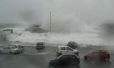 Video: Φονικό κύμα κατέστρεψε τα πάντα στην Τήνο!