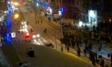VIDEO: Οι φοιτητές πετούν στους αστυνομικούς... χιονόμπαλες!