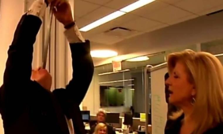 VIDEO: Ένας τύπος που καταπίνει σπαθιά σόκαρε την Arianna Huffington!
