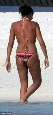 Χρυσή κληρονόμος με ρολόι 50.000 λιρών και πιο σέξι από ποτέ στην παραλία!