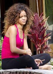 Rihanna: Παράδειγμα προς αποφυγή με το… ύποπτο τσιγάρο που καπνίζει! (φωτό)