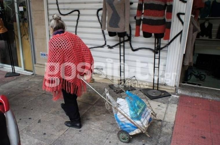 Ηθοποιός κάνει τα ψώνια της στην Κουμουνδούρου!