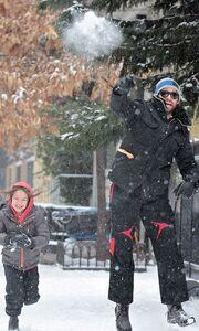 Hugh Jackman: Με φόντο τη χιονισμένη Νέα Υόρκη