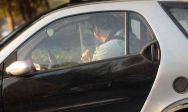 Ποιους πιάσαμε να τρώνε σουβλάκι μες στο αμάξι τους;