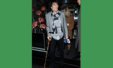 Ο Ronnie Wood με μπαστούνι!