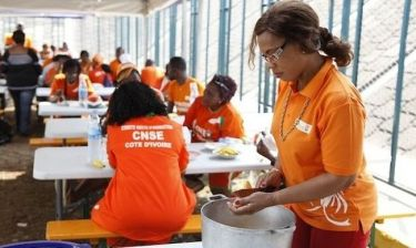 Η μητέρα του Ντρογκμπά μαγειρεύει για τους… φιλάθλους της Ακτής Ελεφαντοστού!