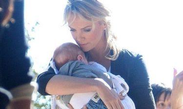 Η Charlize Theron με μωρό;