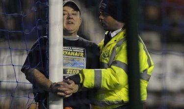 Δέθηκε με χειροπέδες στο δοκάρι για… διαμαρτυρία