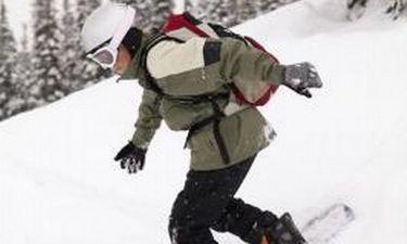 Πώς να βάλετε γυαλιά σε ένα κράνος Snowboarding