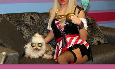 Η ξανθιά πειρατής και ο σκύλος της! (Φωτό)