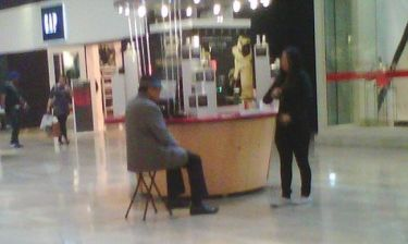 Joe Jackson: Πουλάει κολόνιες σε εμπορικό κέντρο;