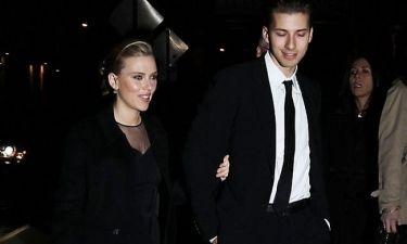 Scarlett Johansson: Με συνοδό τον αδερφό της