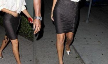 Τραγουδίστρια βγήκε έξω με διάφανη φούστα!