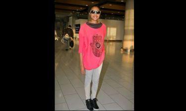 Imany: Στο αεροδρόμιο Λάρνακας με casual look