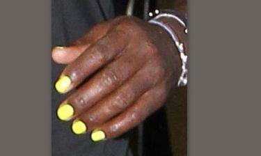 Γνωστός τραγουδιστής έβαψε τα νύχια του κίτρινα!