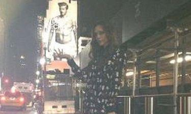 Η Victoria κρατά τον David Beckham από τα…