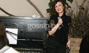 Η Αλίνα Κωτσοβούλου σε ρόλο τραγουδίστριας