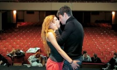 Εκείνος την φιλάει και εκείνη τον… «χουφτώνει»