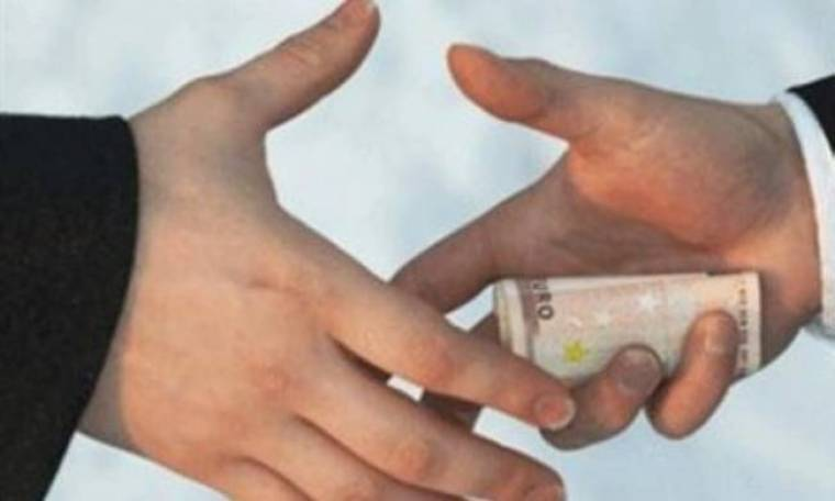 Του ζητούσε 3.000 ευρώ για να του μειώσει το πρόστιμο