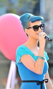 Η Katy Perry ντύθηκε γαλάζια και βγήκε