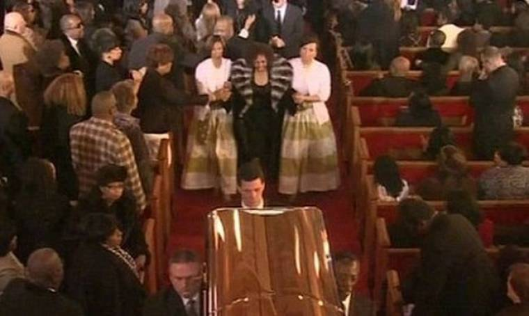 Προβλήματα με τη διαρροή της φωτογραφίας της Whitney Houston για το γραφείο κηδειών.